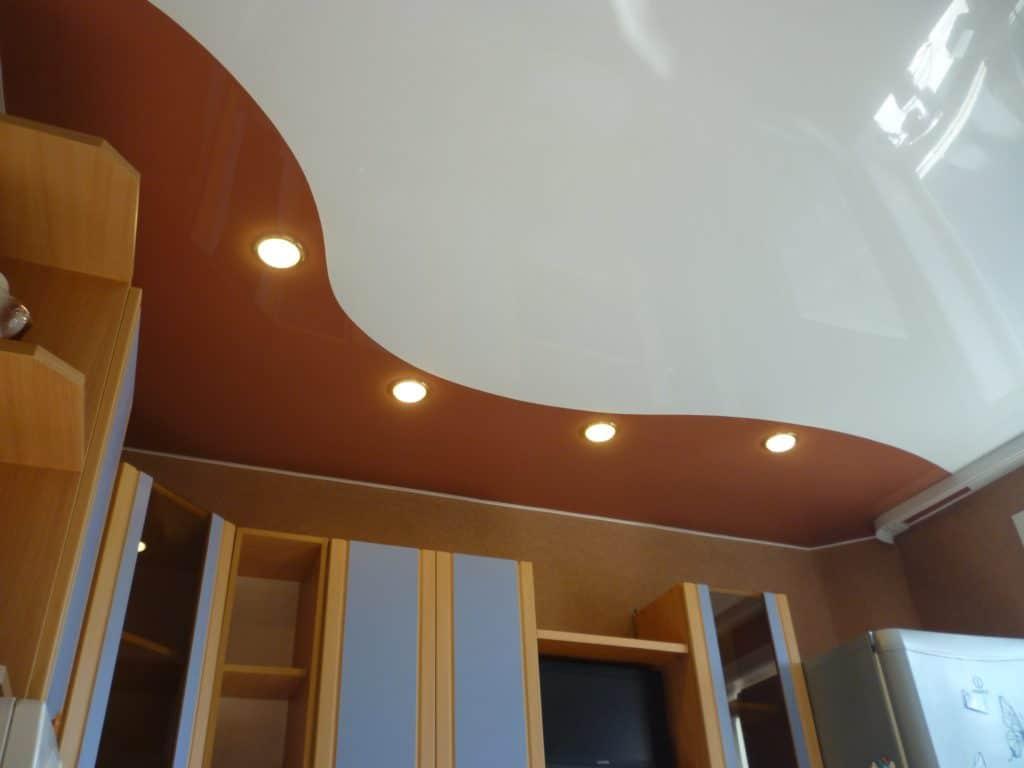 натяжной потолок криволинейная спайка на кухне