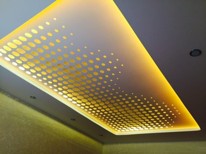 натяжной потолок резной с подсветкой